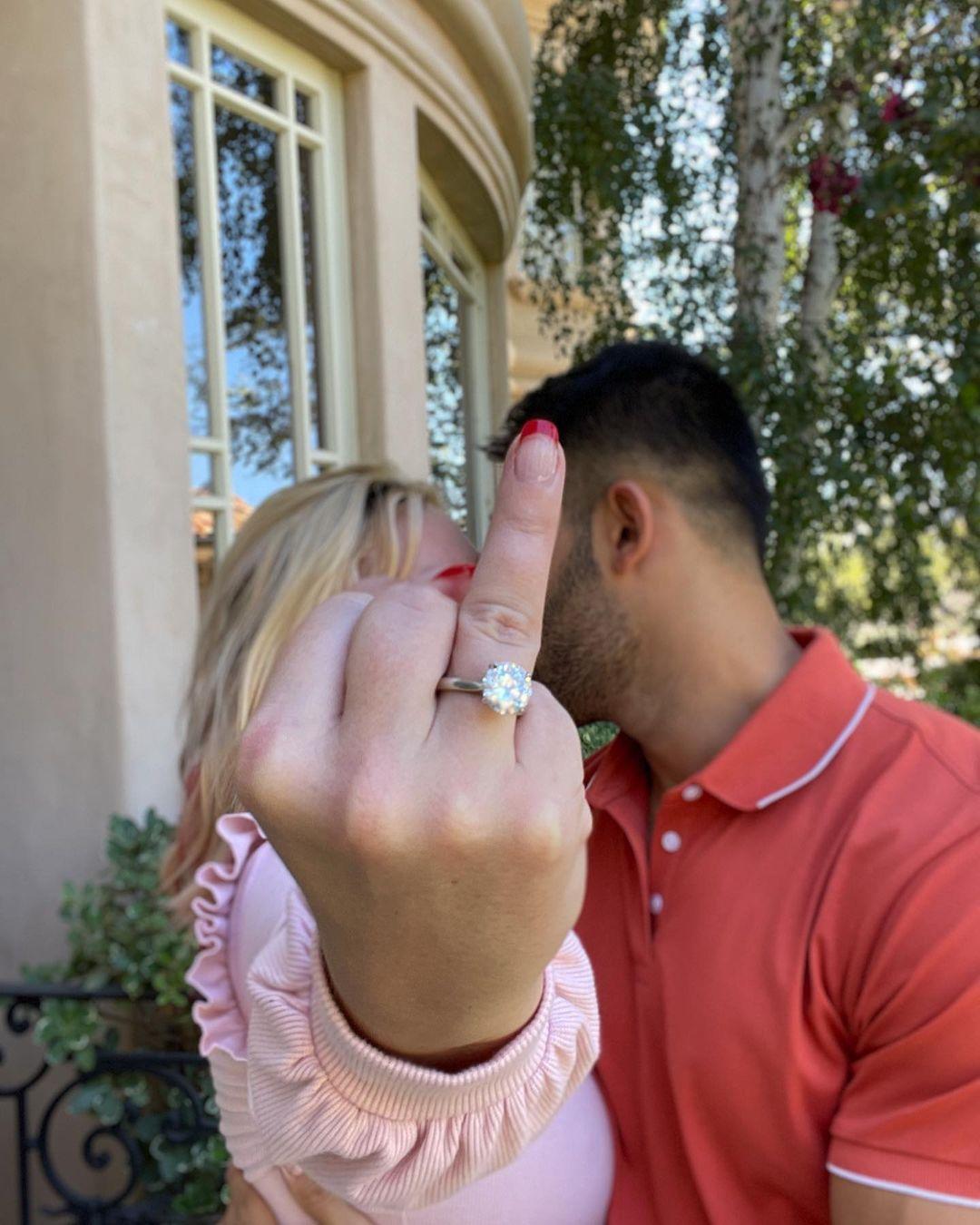 (Britney exibe seu anel de diamante após anunciar noivado, Reprodução/Instagram)