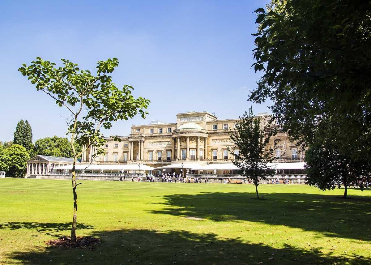 (Vista dos jardins do Palácio de Buckingham em Londres, Reprodução)