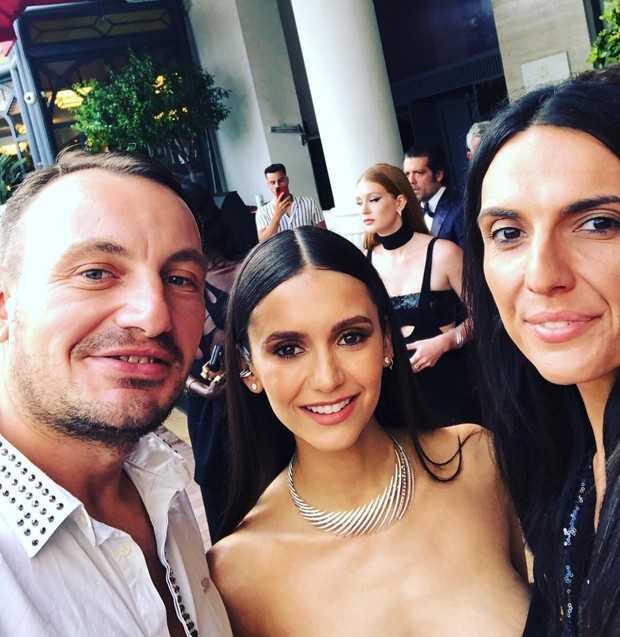 (Nina Dobrev em selfie com fãs no evento da amfAR com Marina Ruy Barbosa ao fundo, Reprodução/Instagram)