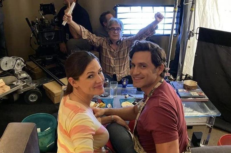 Jennifer Garner, Miguel Arteta e Edgar Ramírez nas gravações do filme Dia do Sim (2021). (Foto: Reprodução/IMDb)