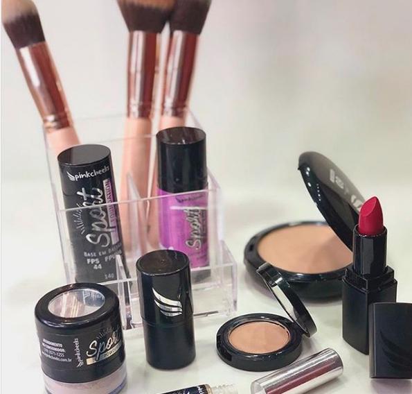 A Pink Cheeks confere uma linha de produtos completa, entre eles: maquiagem e protetores solares.