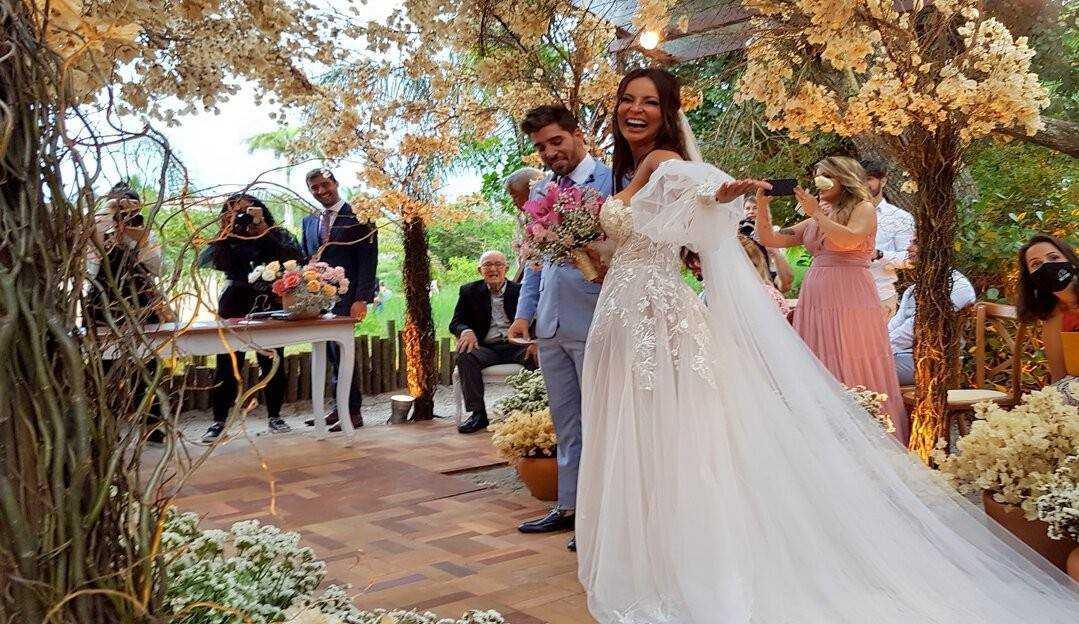 Carol Nakamura e Guilherme Leonel se casam em um hotel em Búzios