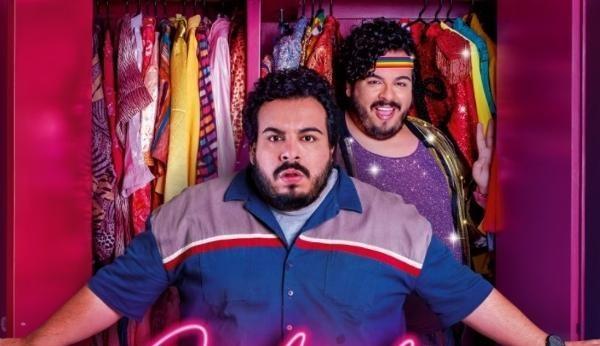 """""""Carlinhos e Carlão"""": comédia com Luis Lobianco é eficaz ao tratar de crimes como a homofobia de forma leve"""