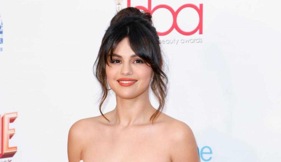 """Selena Gomez relembra problemas com sua saúde mental: """"Levantar da cama era um desafio"""""""
