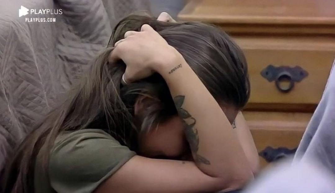 A Fazenda 12: Stéfani cai no choro após discussão calorosa com Lidi Lisboa