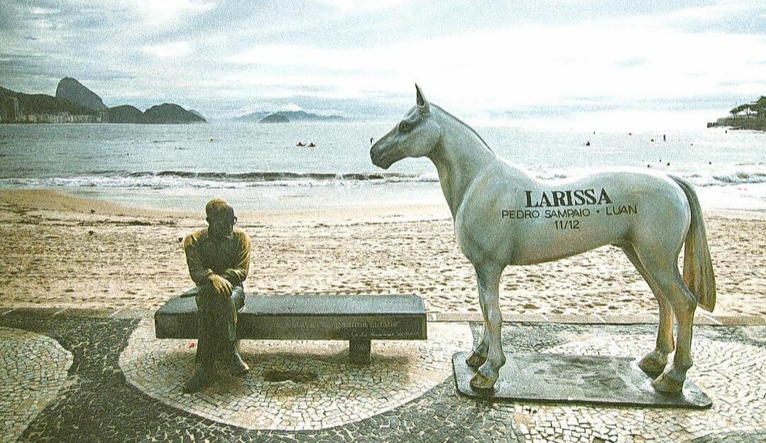 O mistério da tatuagem 'Larissa' de Pedro Sampaio é descoberto e ela aparece em cavalo para divulgar single