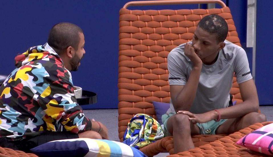 """Projota conversa sério com Lucas sobre suas atitudes dentro do BBB: """"Você foi estúpido"""""""