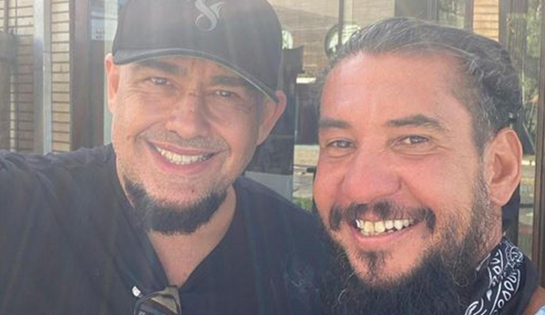 Rodolfo Abrantes e Digão, do Raimundos, posam juntos após 20 anos