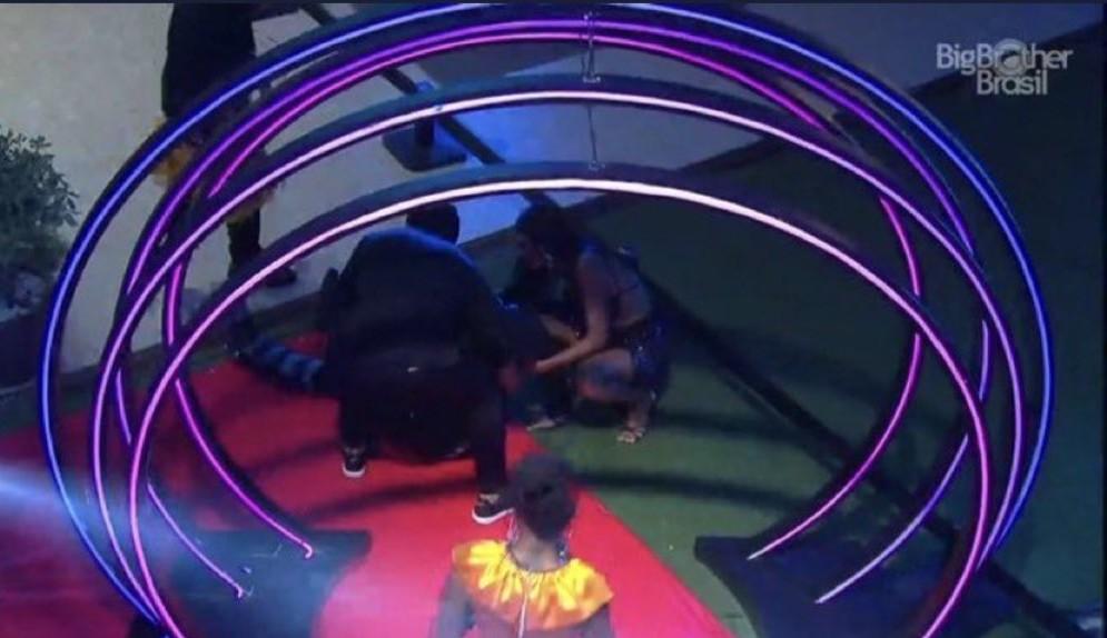 BBB 21: Com o pé fraturado, Caio leva tombo durante festa do reality