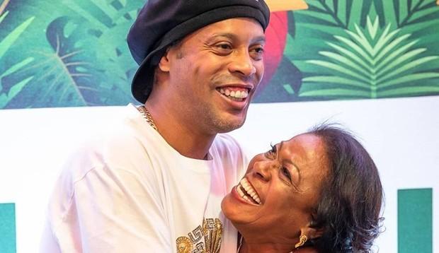 Mãe de Ronaldinho morre aos 71 anos, vítima de Covid-19