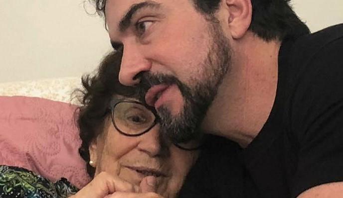 Padre Fabio de Melo se emociona com sua mãe sendo vacinada: 'O dia que tanto esperávamos chegou'