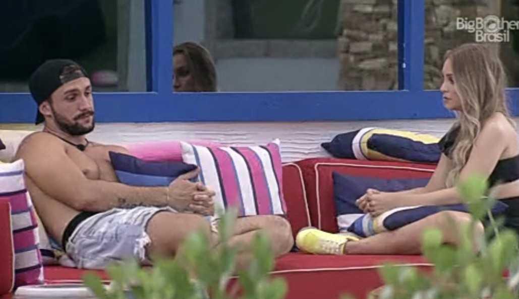 """Carla e Arthur conversam antes do jogo da discórdia e sister questiona: """"Se a gente ficar, você fica comigo?"""""""