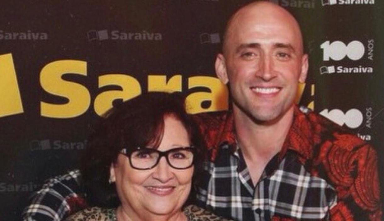 Mãe de Paulo Gustavo pede orações ao humorista que está internado com Covid-19