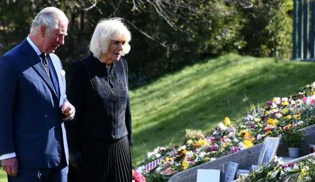 Príncipe Charles e Camilla visitam Marlborough House e se emocionam com homenagens ao Príncipe Philip