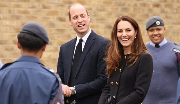 No mesmo dia do aniversário da Rainha Elizabeth II, Príncipe Philip e Kate Middleton volta aos compromissos da realeza