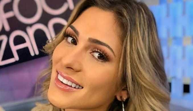 Lívia Andrade é vacinada contra a Covid-19 nos EUA