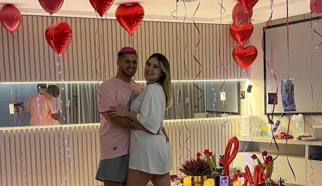 Zé Felipe presenteia Virginia Fonseca com anel e buquê de rosas