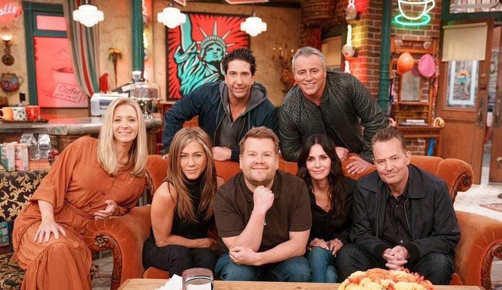 Elenco de Friends canta música de abertura da série com James Corden