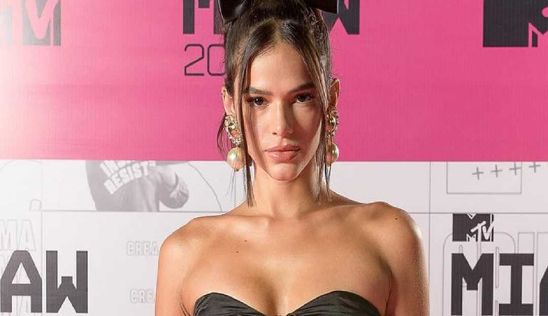 Bruna Marquezine chama atenção com seus looks no MTV MIAW 2020