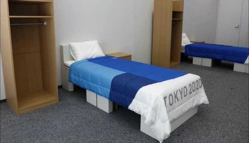 Atletas 'testam' cama de papelão antissexo das Olímpiadas: 'É falso! Notícia falsa!'