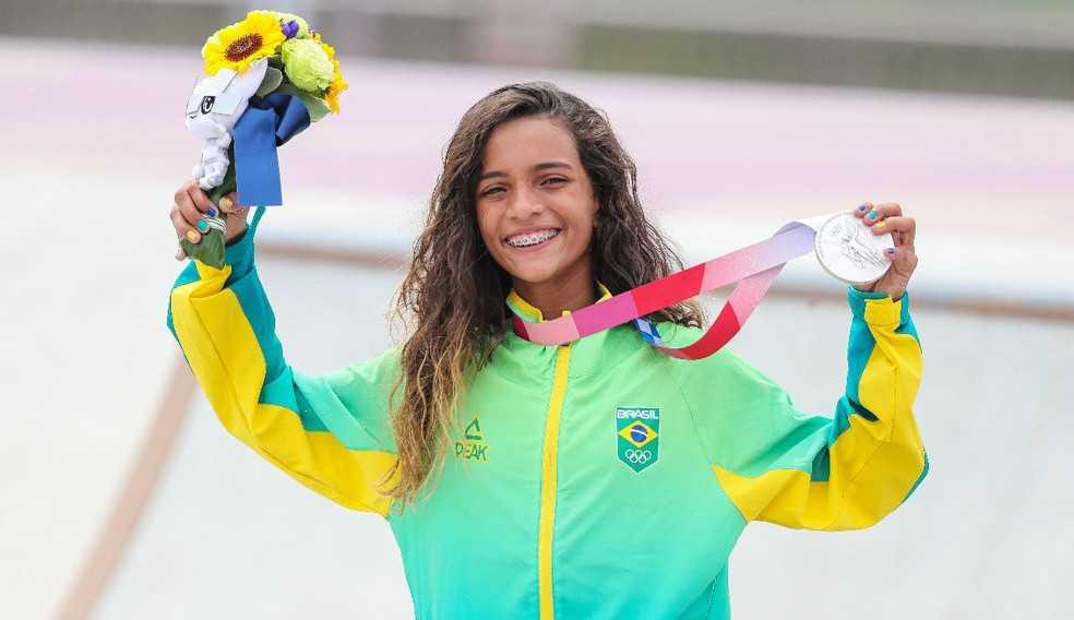 """A """"fadinha"""" Rayssa Leal ganha medalha de prata nas Olímpiadas"""
