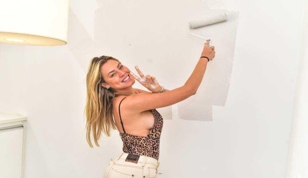 A ex-BBB Isabella Cecchi pinta o novo apartamento