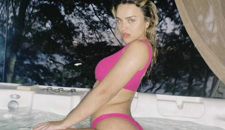 Curtindo uma hidromassagem, Rafa Kalimann posta sequência de fotos de biquíne rosa