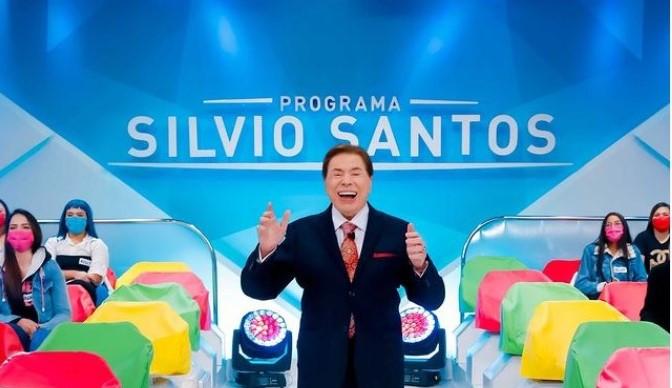 Silvio Santos retorna às gravações de seu dominical alfinetando Faustão e Eliana