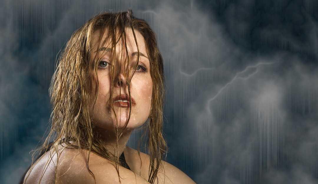 Os males de dormir com os cabelos molhados