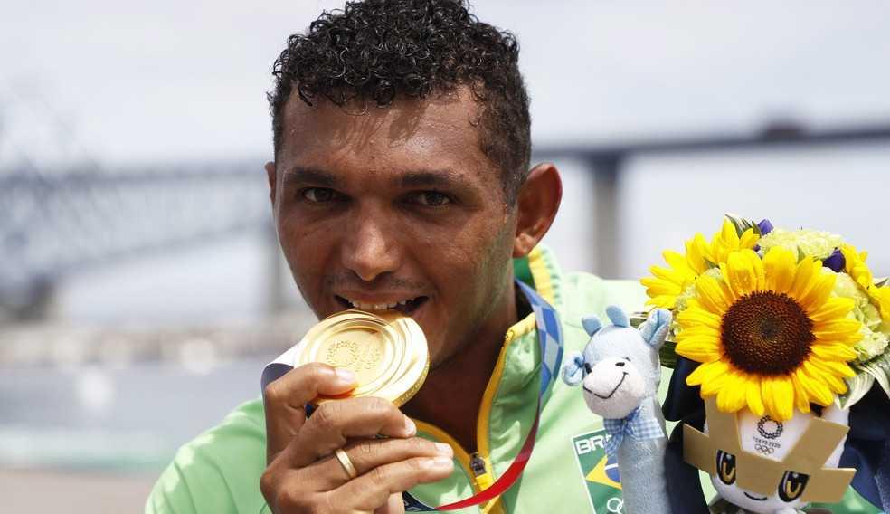 Isaquias Queiroz conquista ouro e garante premiação generosa