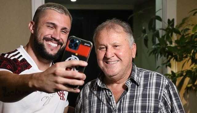 Arthur Picoli, ex-BBB, realiza sonho de infância ao conhecer Zico