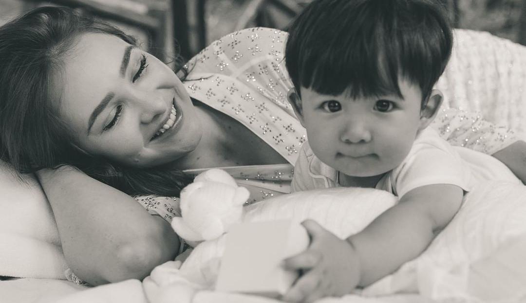 Sammy, ex-mulher de Pyong Lee, chora ao lado do filho