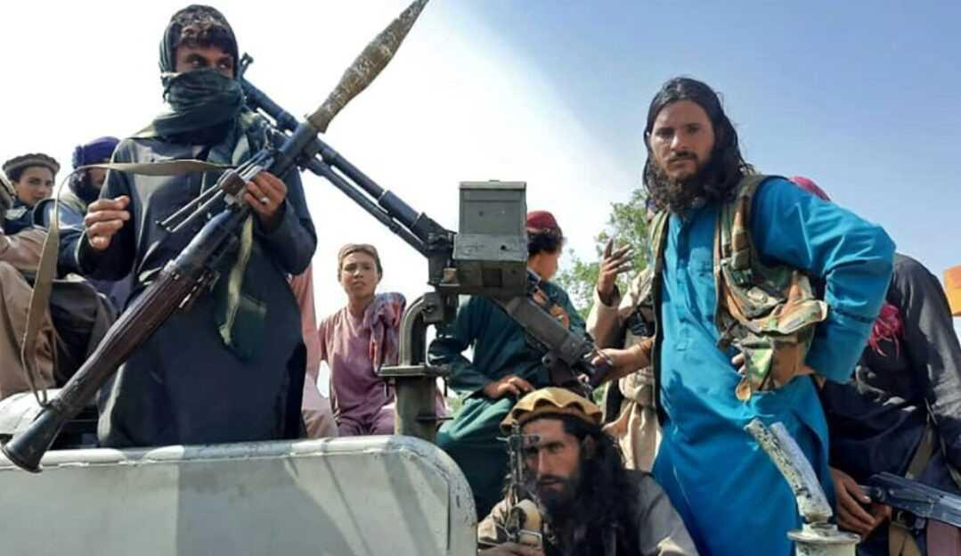 Pânico nas ruas de Cabul: Talibãs assumem o poder no Afeganistão