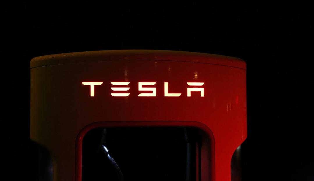 Tesla deixa feridos em acidente no estacionamento de escola na Inglaterra