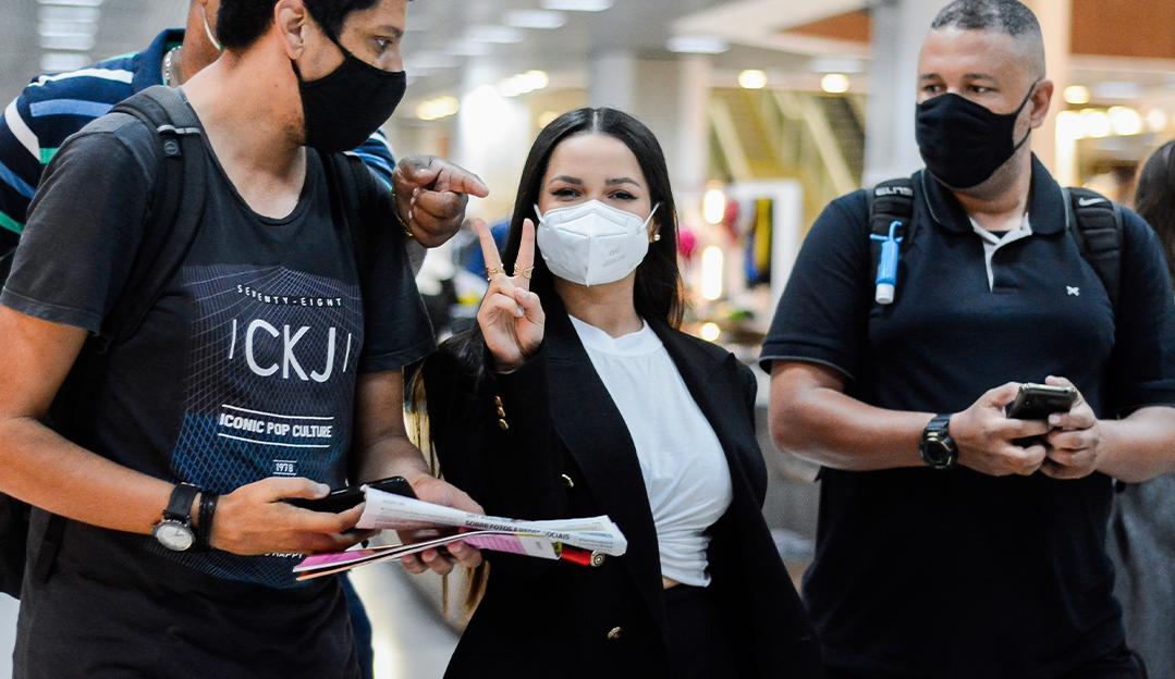 Juliette é cercada por fãs em aeroporto no Rio