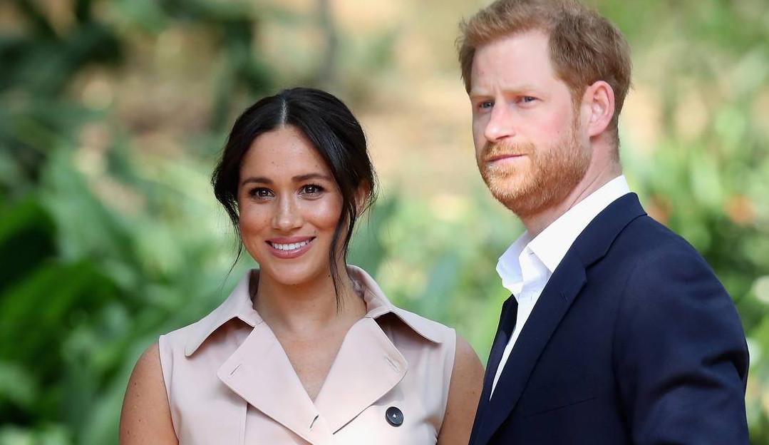 Príncipe Harry e Meghan Markle satirizam a reação da realeza às acusações de racismo.