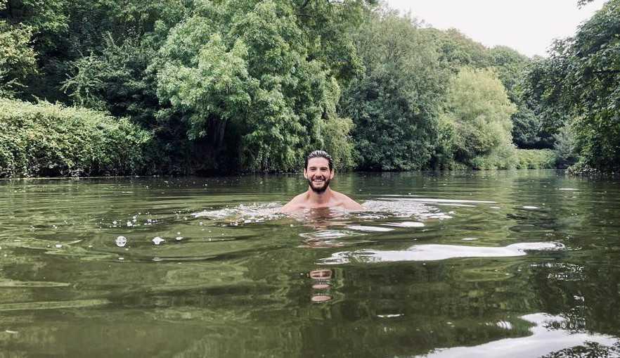 Ben Barnes comemora seu aniversário com um mergulho, e anuncia: 'Isto é 40!'