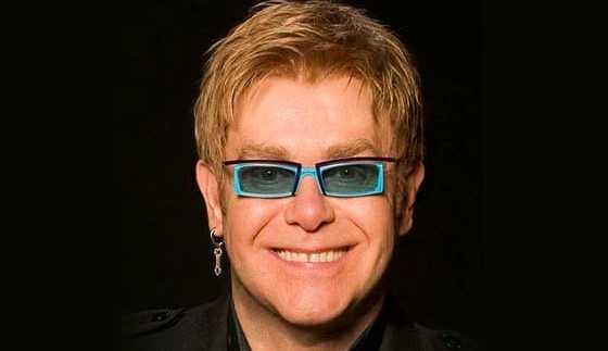 Elton John faz apresentação inusitada em restaurante na França