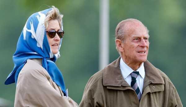'The Crown' deixará realeza britânica furiosa ao retratar relação íntima de Príncipe Philip e mulher 30 anos mais jovem