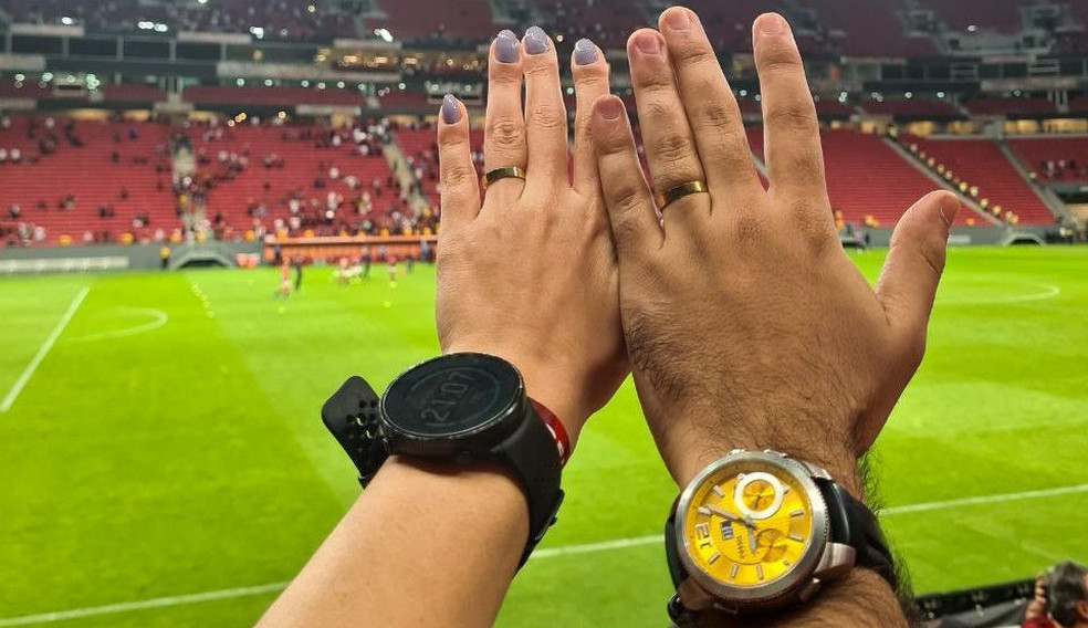 Jovem surpreende namorada e faz pedido de casamento durante jogo do Flamengo