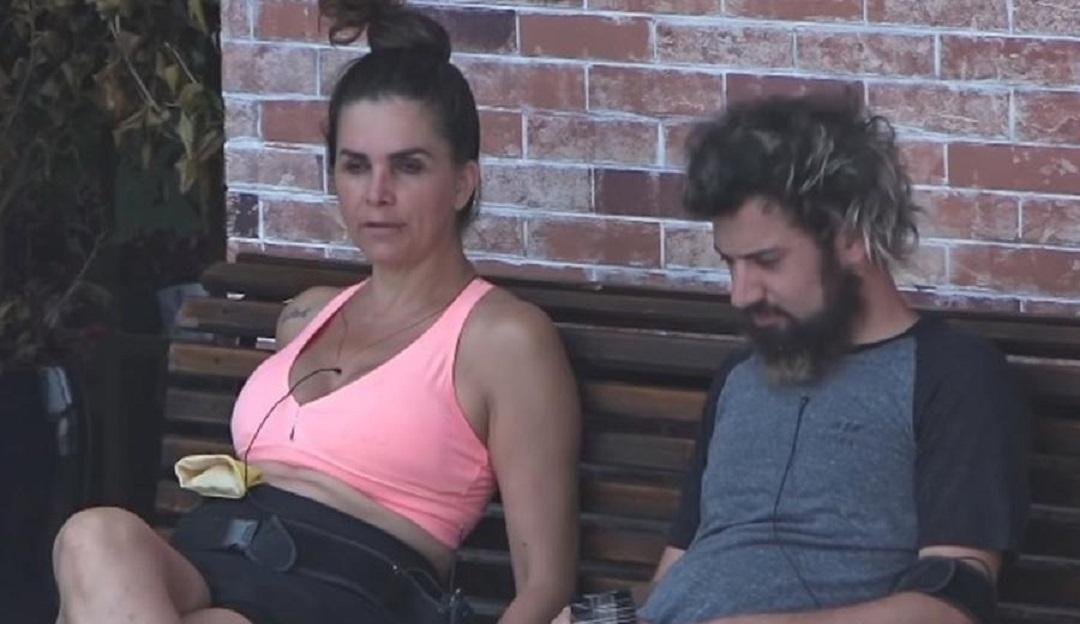 A Fazenda 12: Em conversa com Cartolouco, Luiza Ambiel faz críticas a Mateus Carrieri