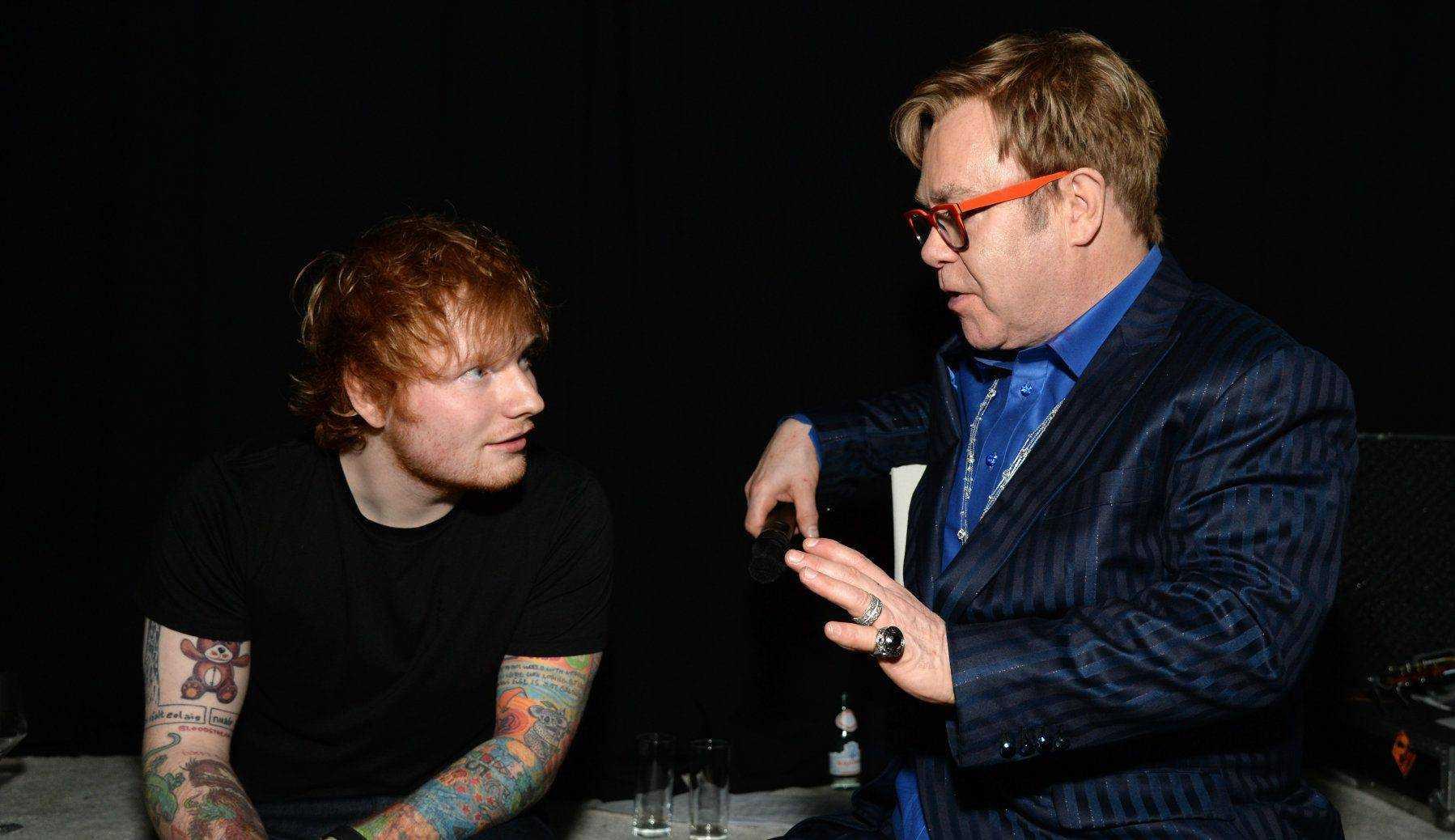 Ed Sheeran presenteia Elton John com algo inusitado