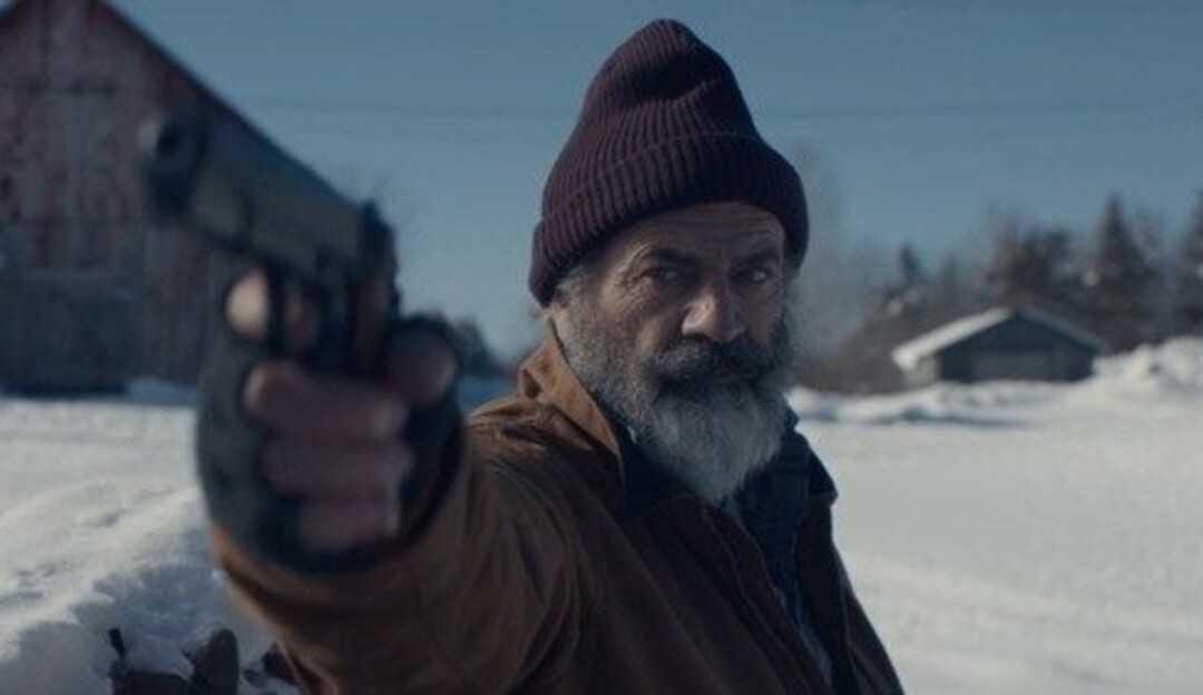 Mel Gibson vive Papai Noel caçado por assassino no primeiro trailer de Fatman
