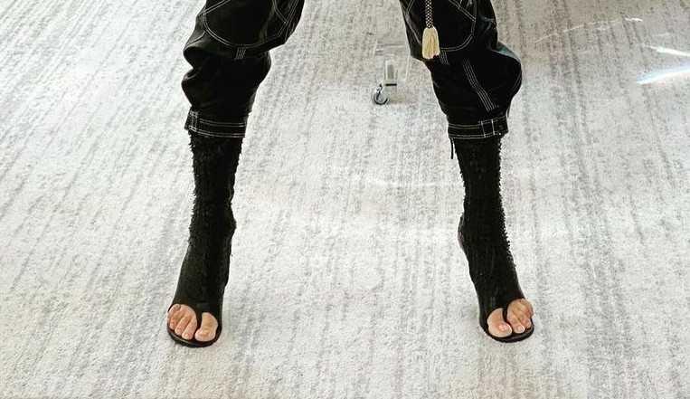 Adriana Lima usa nova tendência da Givenchy: bota de dedos