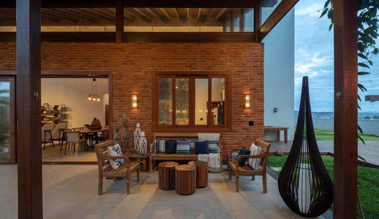 Casa estilo colonial do arquiteto João Daniel destaca a regionalidade e aconchego familiar