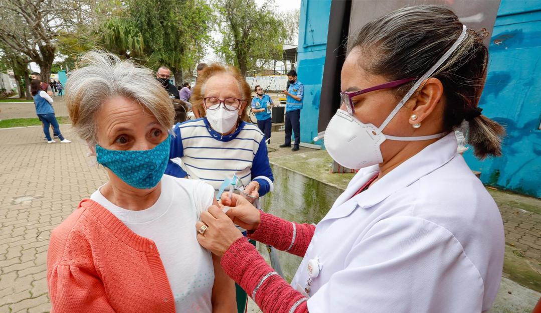 Brasil vê queda no número de mortes por covid-19 e tem 62,98% da população com ao menos uma dose da vacina