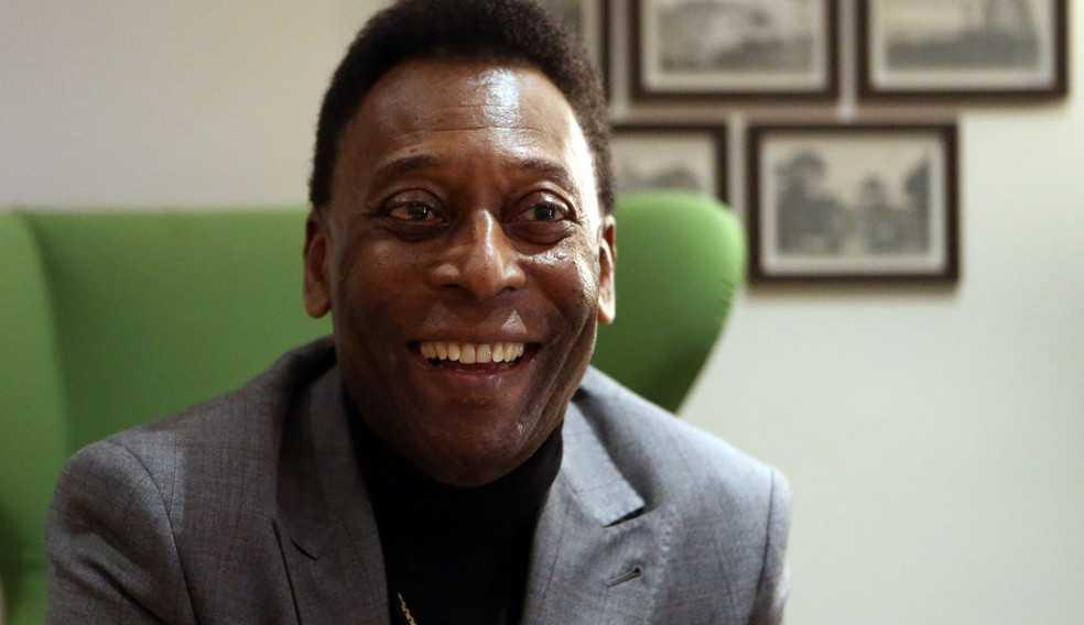 Hospitalizado Pelé retira tumor no intestino