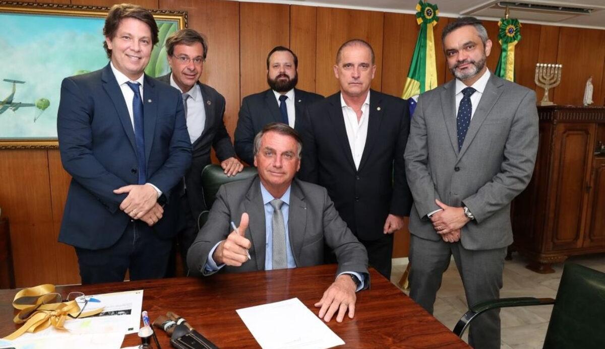 Bolsonaro assina Medida Provisória que dificulta a remoção de publicações nas redes sociais