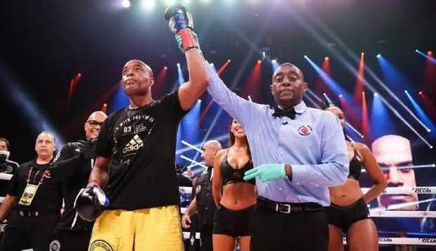 Spider! Aos 46 anos de idade, Anderson Silva nocauteia Tito Ortiz no 1º round em luta de boxe