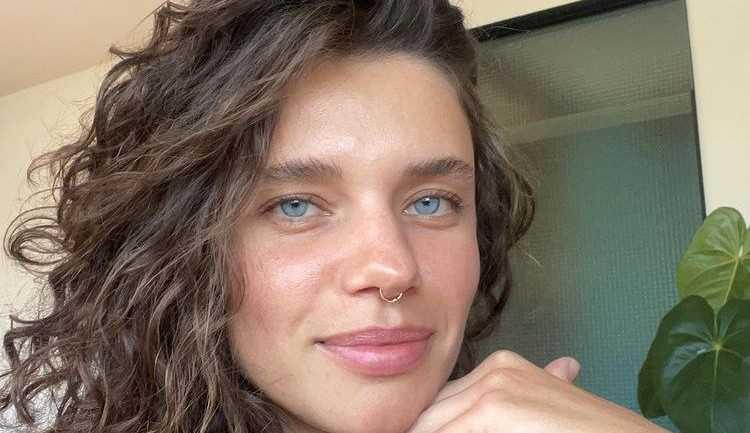 'O amor entre mulheres é transformador', diz a atriz Bruna Linzmeyer